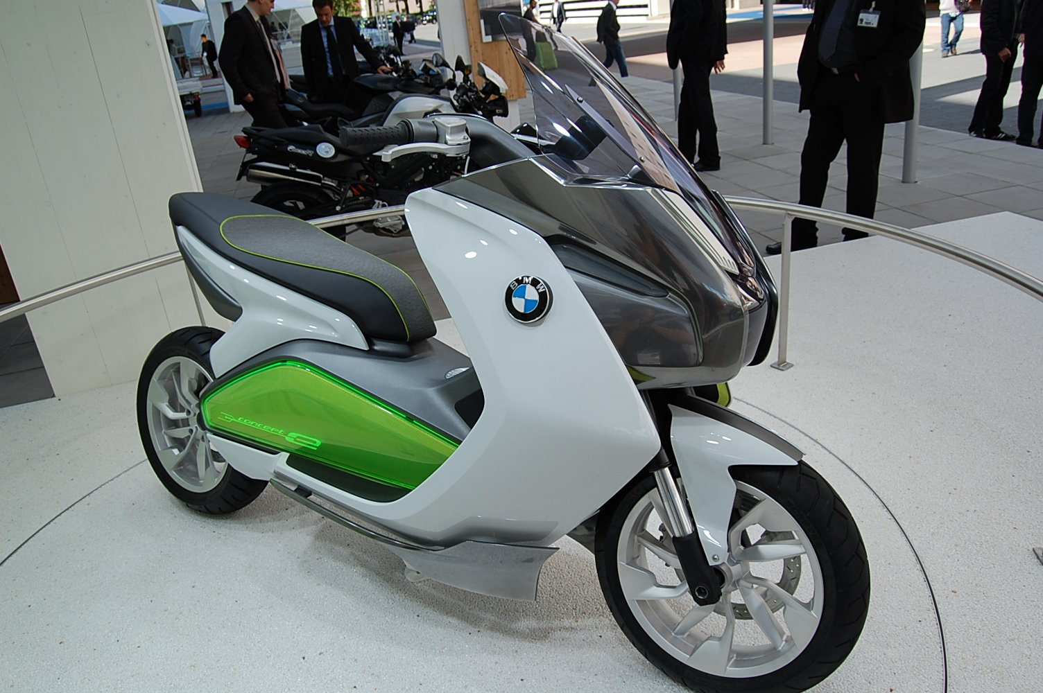 bmw concept e electric scooter revealed news. Black Bedroom Furniture Sets. Home Design Ideas