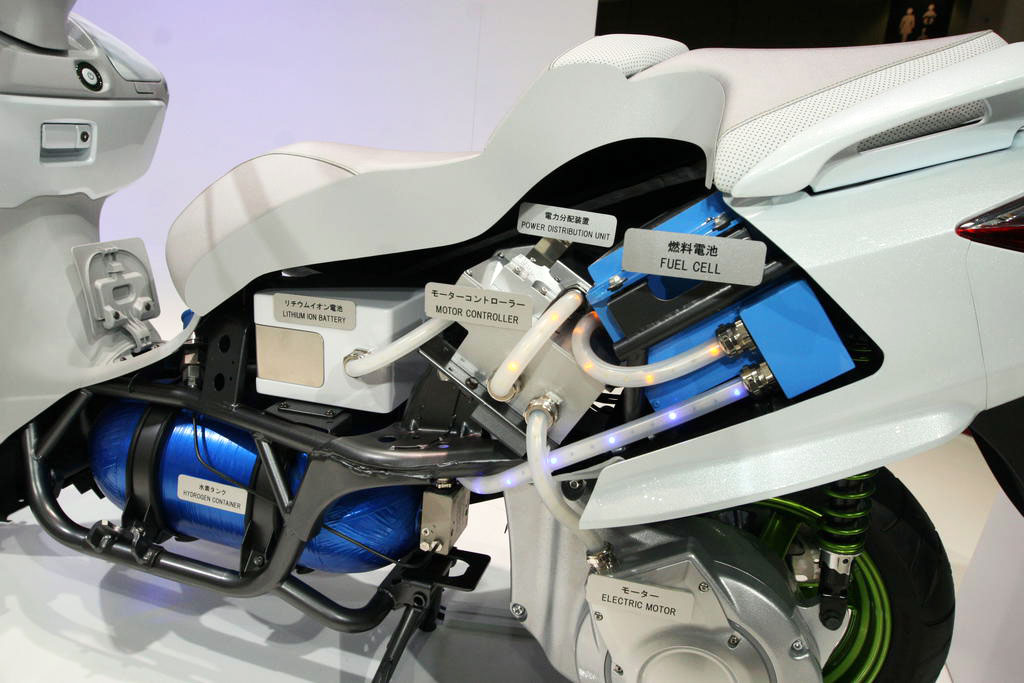 020712-suzuki-burgman-fuel-cell-cutaway-close-up