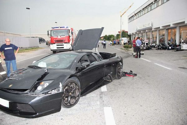071012-lamborghini-crashes-into-bmw-motorcycles-4