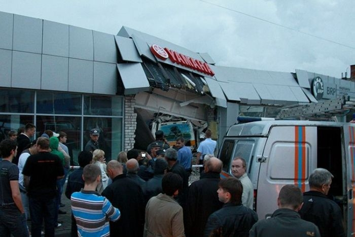 083112-russia-yamaha-bus-crash-04