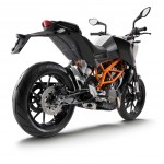 111312-2013-ktm-390-duke_right_rear