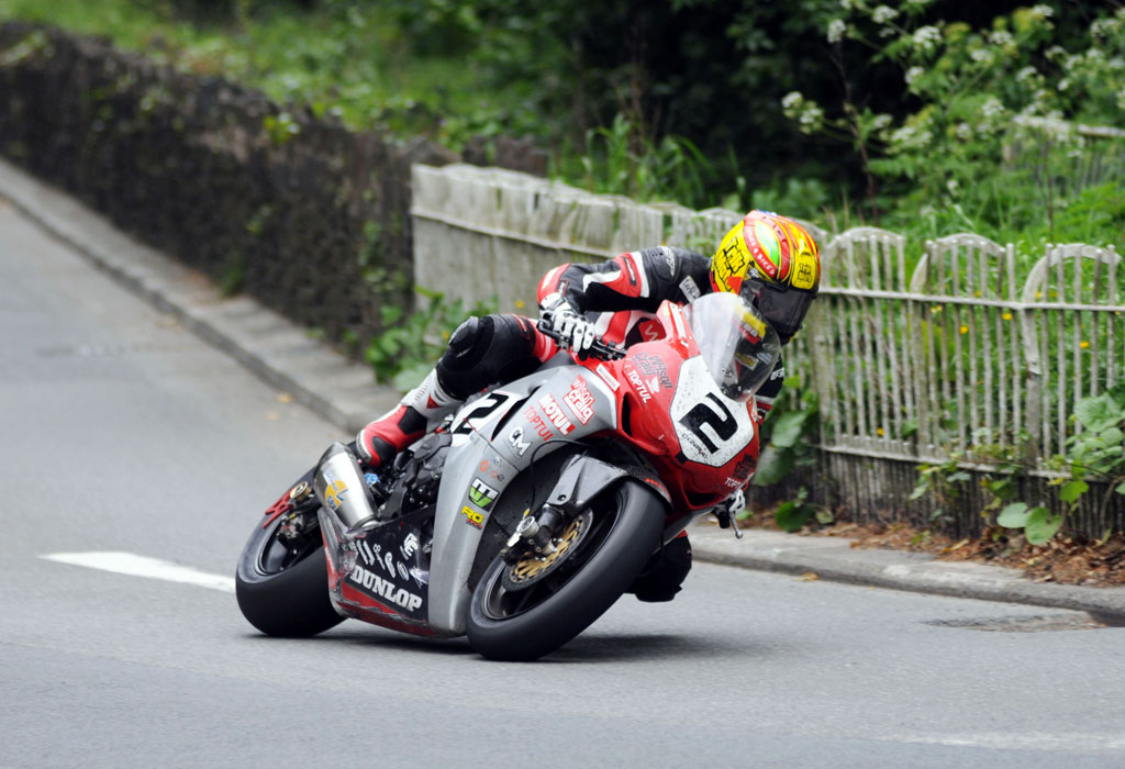 060313-cameron-donald-iomtt-superbike-action-2