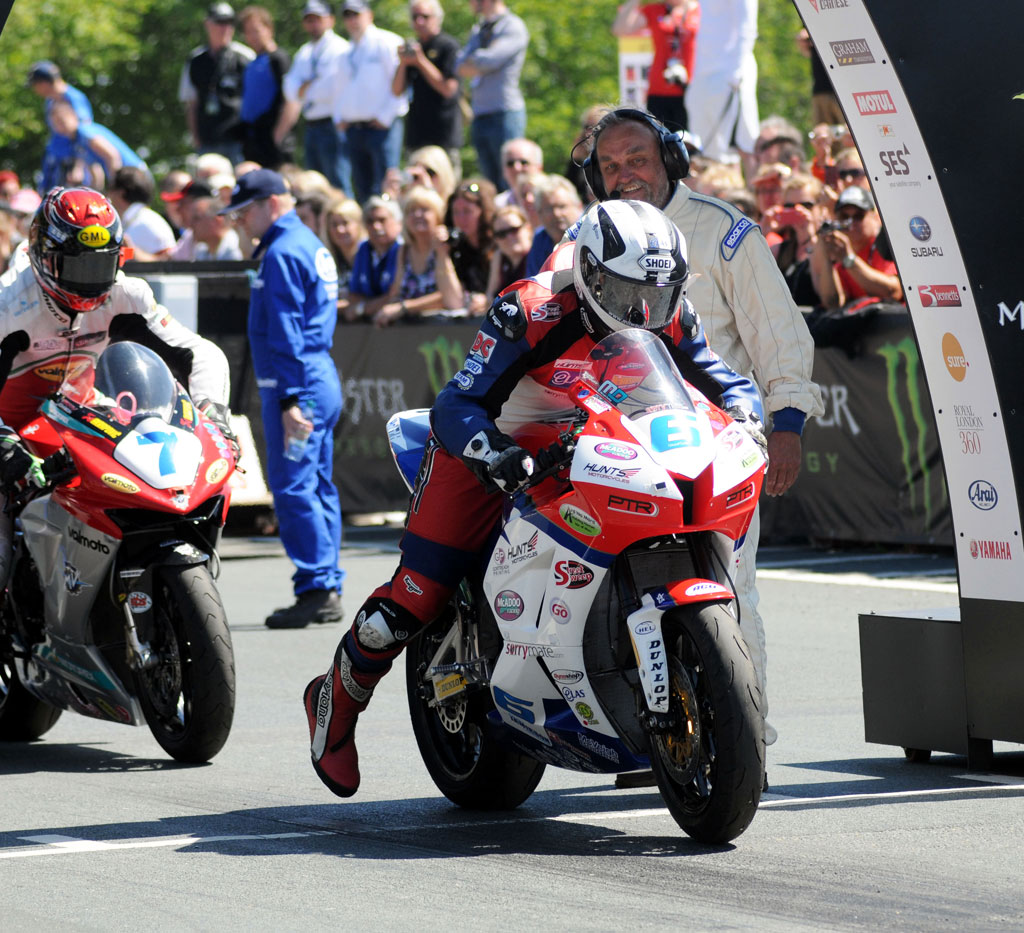 060513-michael-dunlop-iomtt-supersport-race-2-start