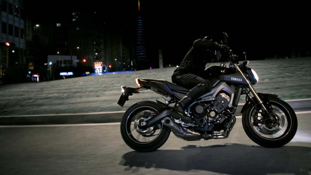 061113-2014-Yamaha-MT-09-EU-Deep-Armor-Action-002