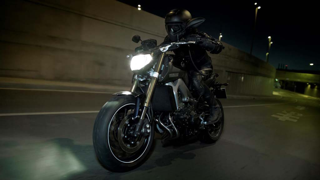 061113-2014-Yamaha-MT-09-EU-Deep-Armor-Action-004