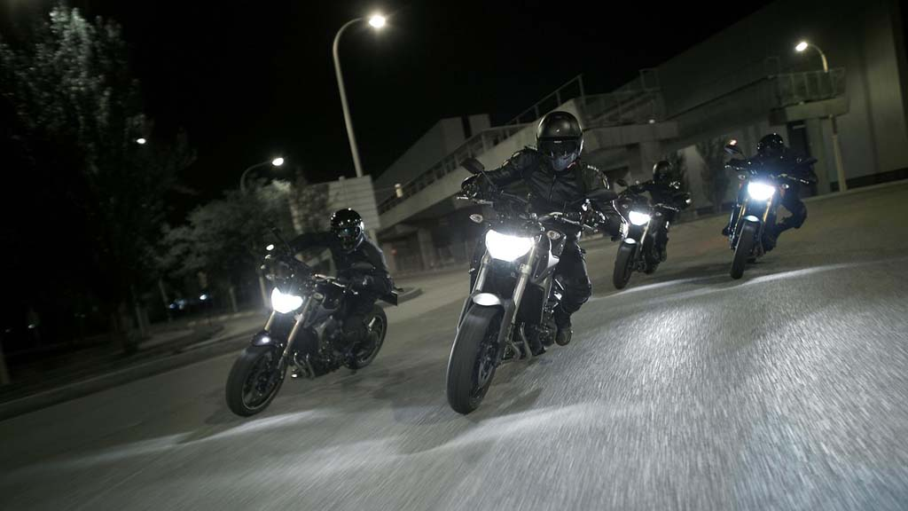 061113-2014-Yamaha-MT-09-EU-Deep-Armor-Action-005