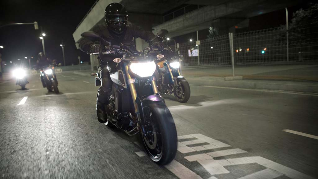 061113-2014-Yamaha-MT-09-EU-Deep-Armor-Action-006