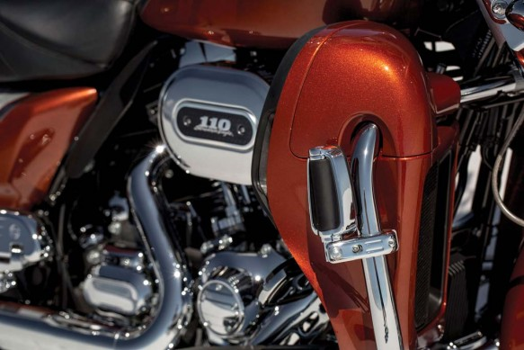 081913-2014-harley-davidson-cvo-limited-engine-detail