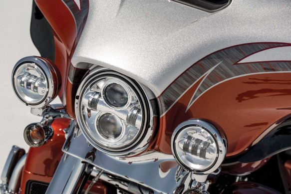 081913-2014-harley-davidson-cvo-limited-headlight