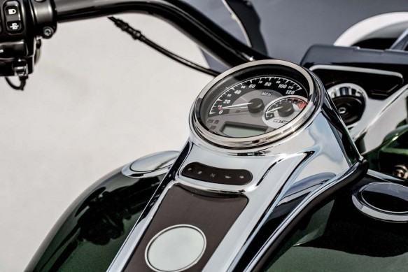 081913-2014-harley-davidson-cvo-road-king-insturments