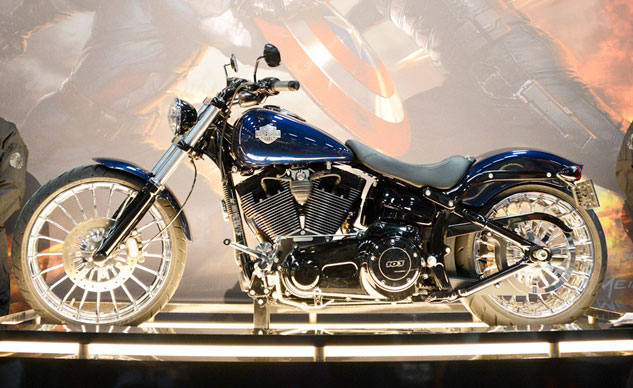 091613-captain-america-harley-davidson-softail-breakout-f