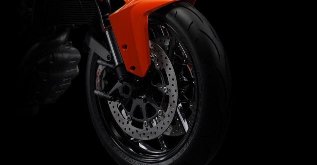 100113-2014-ktm-1290-super-duke-r-discover_tires