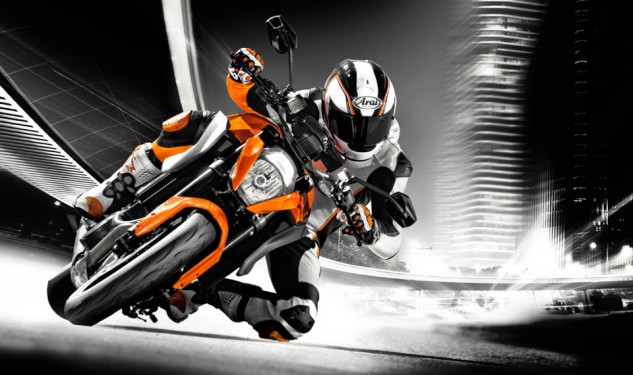 100113-2014-ktm-1290-super-duke-r-special_1_action_2
