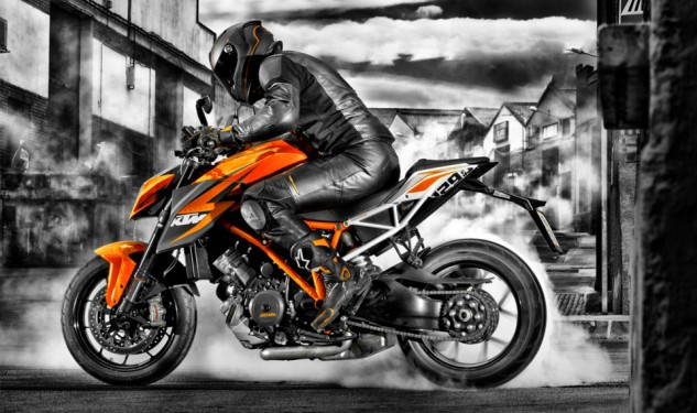 100113-2014-ktm-1290-super-duke-r-special_1_action_7