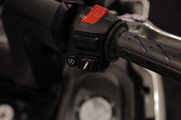Kymco-MYROAD700i-Right-Switchgear