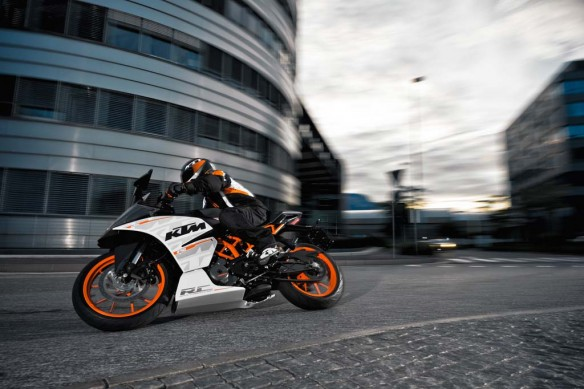110513-2014-ktm-RC 390 action_4