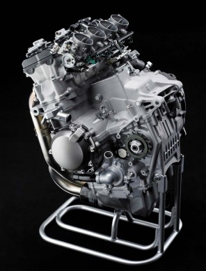 050614-2015-kawasaki-ninja-zx-10r-12-engine-left