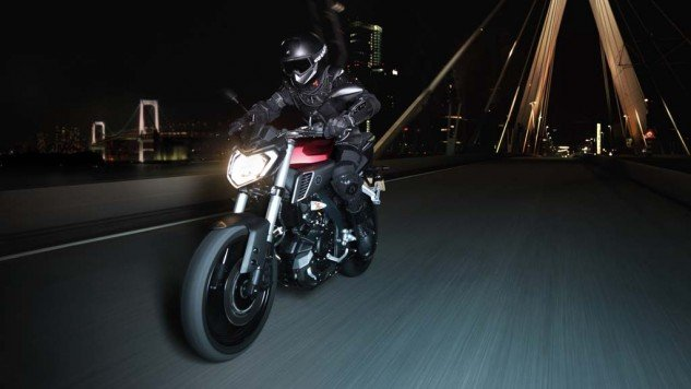 050714-2014-Yamaha-MT125-EU-Anodized-Red-Action-001