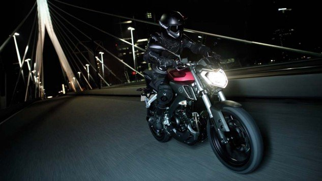 050714-2014-Yamaha-MT125-EU-Anodized-Red-Action-002