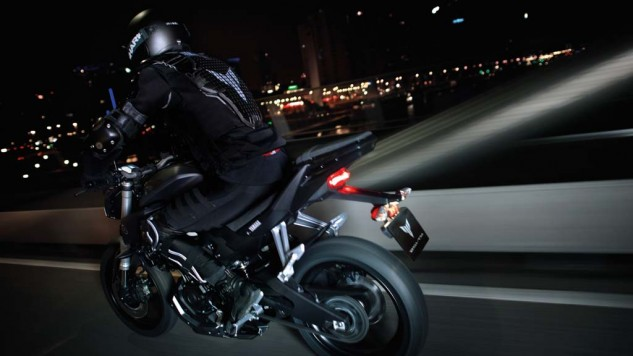 050714-2014-Yamaha-MT125-EU-Anodized-Red-Action-007