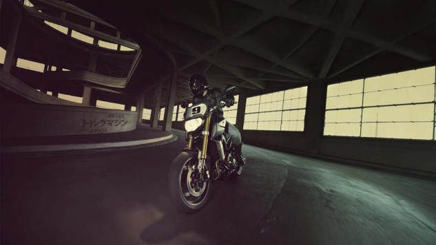061114-2014-yamaha-mt09-street-tracker-eu-matt-grey-action-002