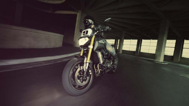 061114-2014-yamaha-mt09-street-tracker-eu-matt-grey-action-004
