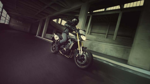 061114-2014-yamaha-mt09-street-tracker-eu-matt-grey-action-005