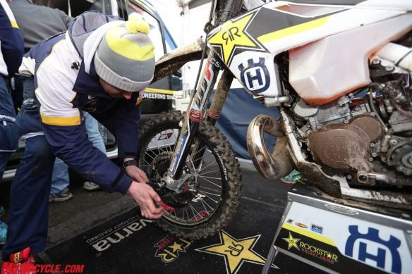 28953_mechanic-graham-jarvis-husqvarna-te-300-hell_s-gate-2017