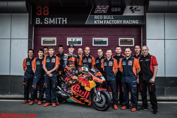 bradley-smith-team-ktm-rc16-pit-lane-losail-2017