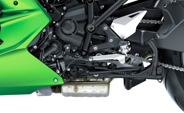 091818-2018-kawasaki-ninja-h2-sx-se-center-stand-close-up-2